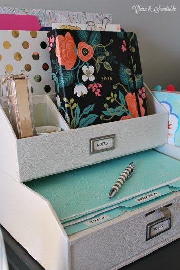 12 Ways to Organize Your Tiny Desk2