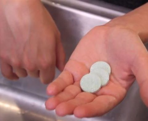 10+ Things You Can Get Squeaky Clean with Denture Tablets - 101 Days of Organization| Cleaning Hacks, Cleaning, Cleaning Tips, Clean house, Clean Home, Denture Tablet Uses, Denture Tablet Cleaning Toilets, Denture Tabs for Cleaning, Denture Tablets for Cleaning #CleaningTips #CleaningHacks #DentureTabletUses #DentureTabletsforCleaning #CleanHomeHacks