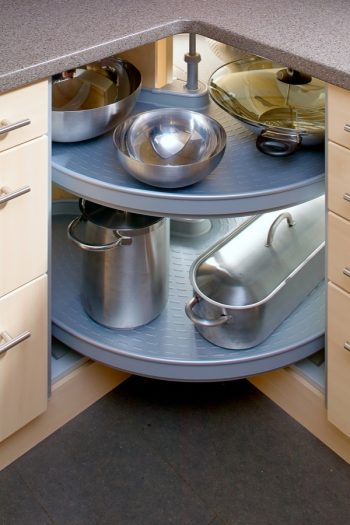 It can be such a pain trying to figure out how to store pots and pans, especially if you live in a small place. These tips for how to store pots and pans will change your life. Check them out!