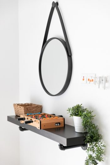 There's a lot to be said about living a minimalist lifestyle. You can feel more mindful if your home is decluttered and simple. Take a look at how you can live a minimalist lifestyle.